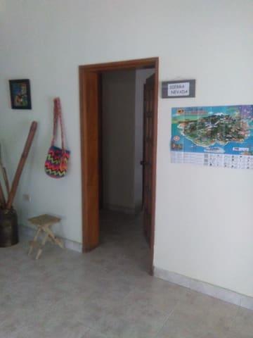 Habitación con baño privado y ventilador(sierra n) - Santa Marta (Distrito Turístico Cultural E Histórico) - Casa