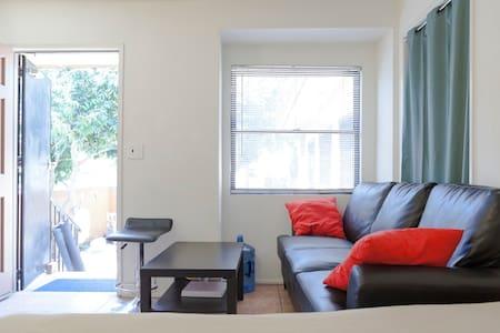 Cozy room with private exit中文 - Ház