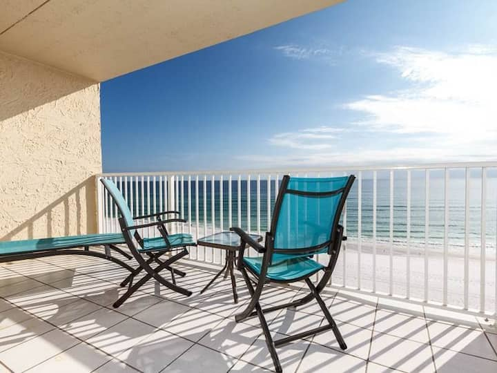 Bright, Coastal Condo w/ Steps To The Beach, Close To Restaurants