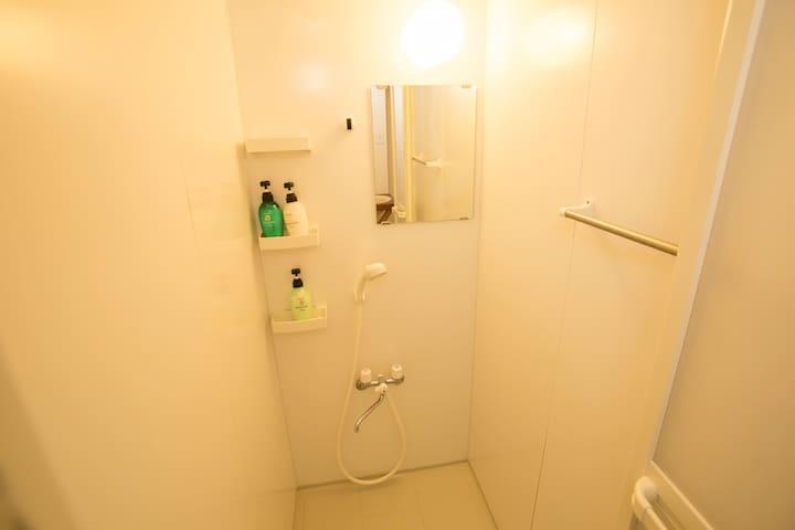 シャワールーム 1 (shower room)