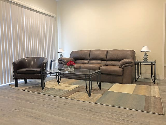 Spacious 2 bed 2 bath apartment in Hollywood