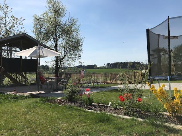 Spielhaus mit Rutsche und Trampolin