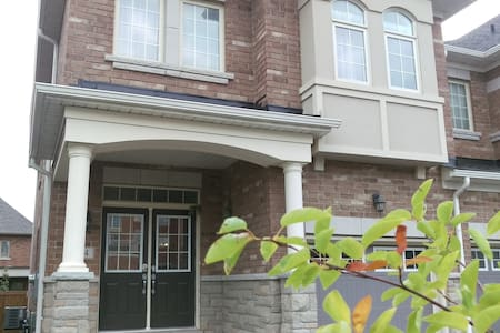 Enitre 5 BED furnished home in Woodbridge Vaughan - Vaughan - House