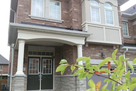 Enitre 5 BED furnished home in Woodbridge Vaughan - Vaughan