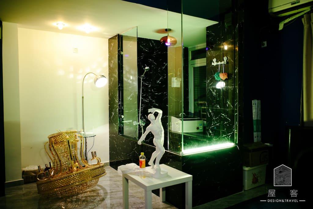 大理石砌的浴缸,可以自行选择的光源,以及淋浴间的变幻霓虹灯。