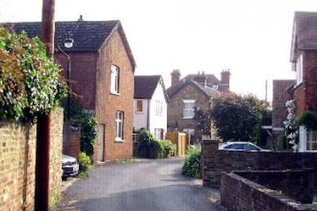 Holiday cottage in Thames village