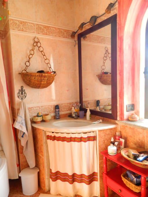 il bagno con comoda doccia a disposizione degli ospiti