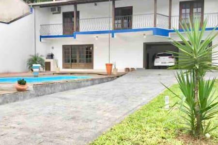 Casa com piscina (até 8 pessoas) - Blumenau
