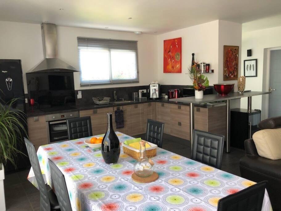 Pièce de jour avec cuisine totalement équipée  Salon salle à manger  Télévision 131 cm