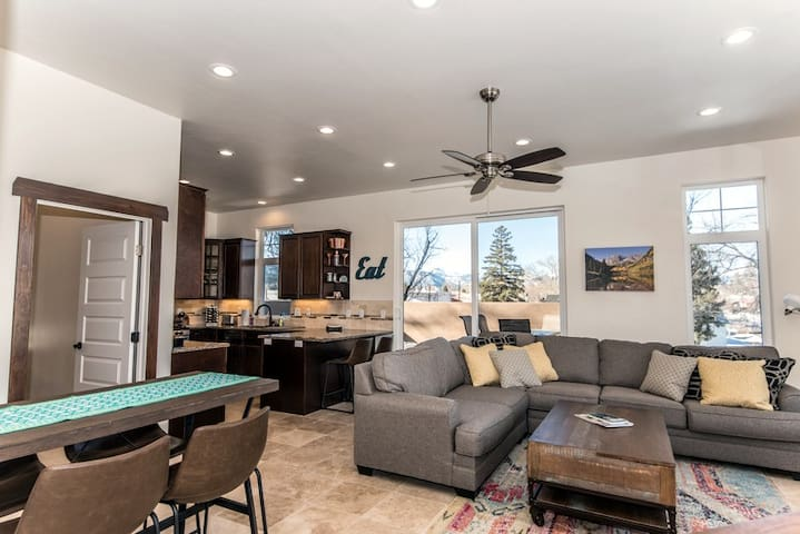 Spacious new mountain-modern home near downtown!
