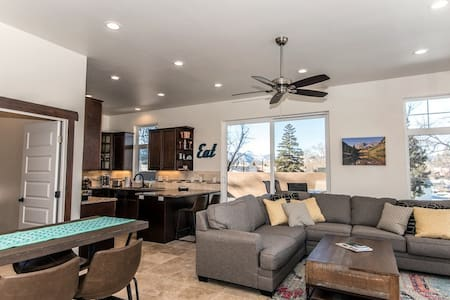 Spacious mountain-modern home near downtown! #0460