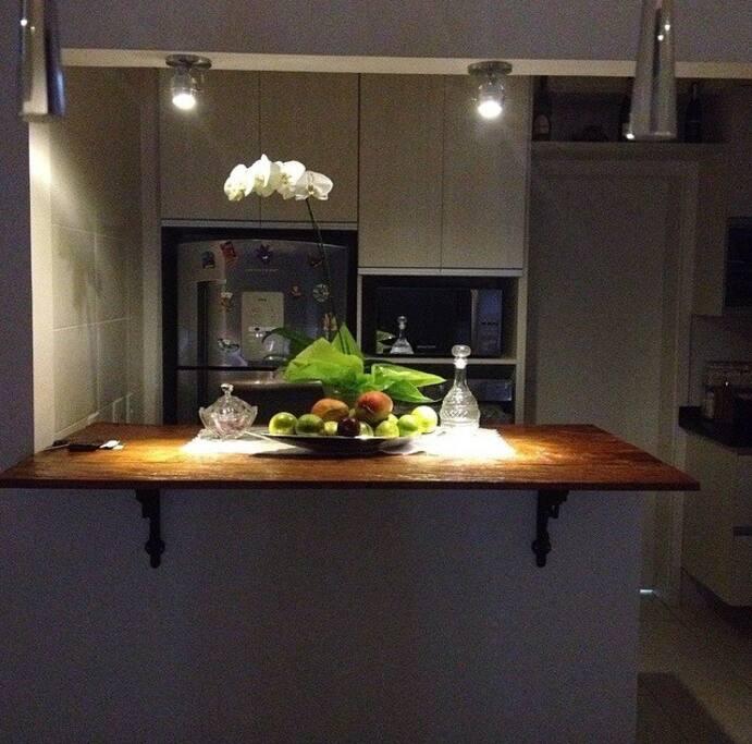 Cozinha com geladeira , forno , microondas , fogao cuktop 5 bocas.  Louças para 4 pessoas , kit panelas tramontina .