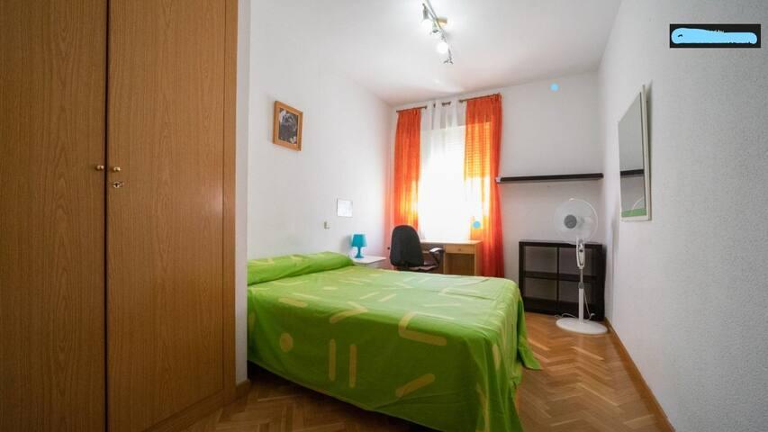 Habitación con cama doble, como sentirte en casa.