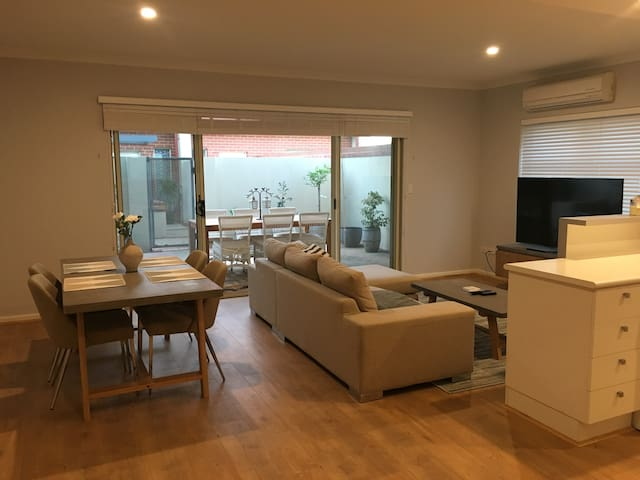 Spacious Apartment with Outdoor Courtyard - North Fremantle - Appartement