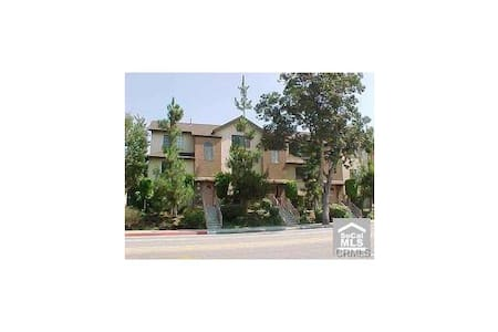 Spacious Trendy Condo Centrally Located Free Bfast - Whittier - Townhouse