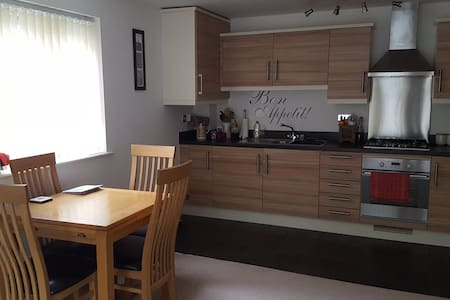 Lovely modern 2 bed 2 bath apt close to cardiff - Rhondda Cynon Taff