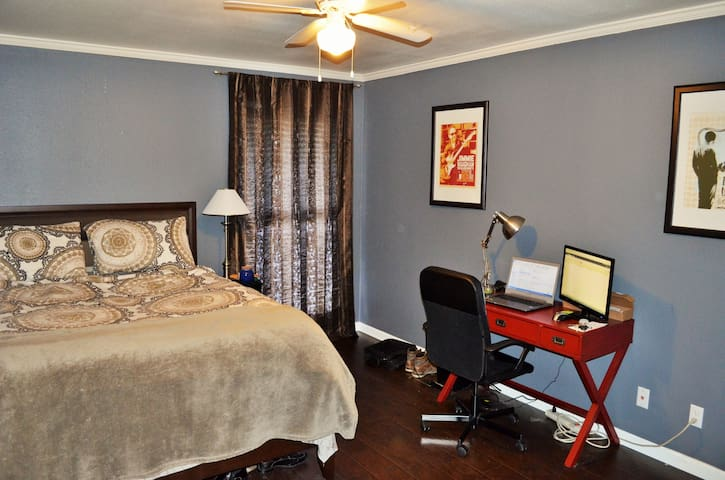 Great master bedroom with office space and queen bed