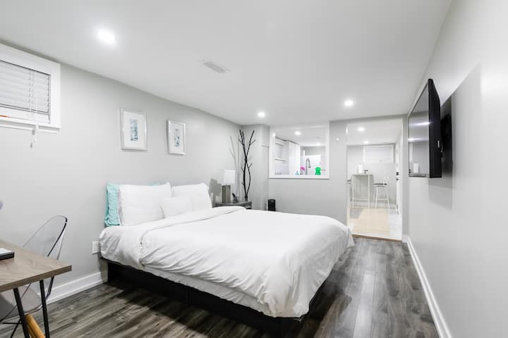 Modern Basement - 2 Mins  from Lake Ontario (♥)