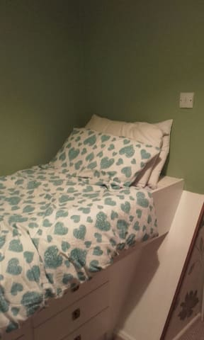 PLYMOUTH COSY CABIN BED IN FRIENDLY HOME