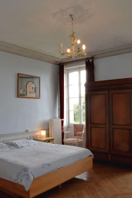 grande chambre avec lit double de 2 mètres de largeur et salle de bains avec baignoire/douche