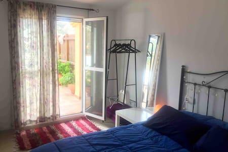 Habitación con terraza privada y baño privado.