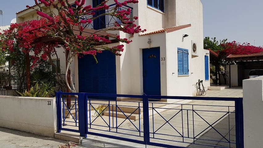 2 Bedroom Townhouse 300m from Beaches
