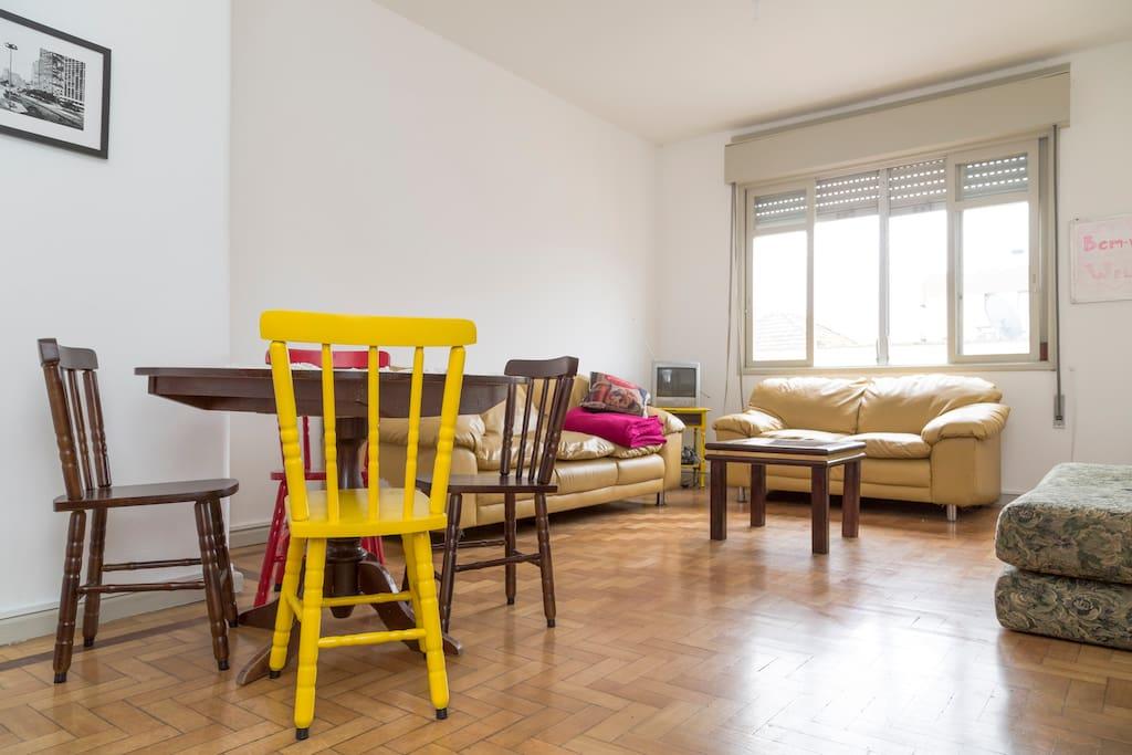 Sala de estar e jantar amplas, integradas, iluminadas bem ventiladas.