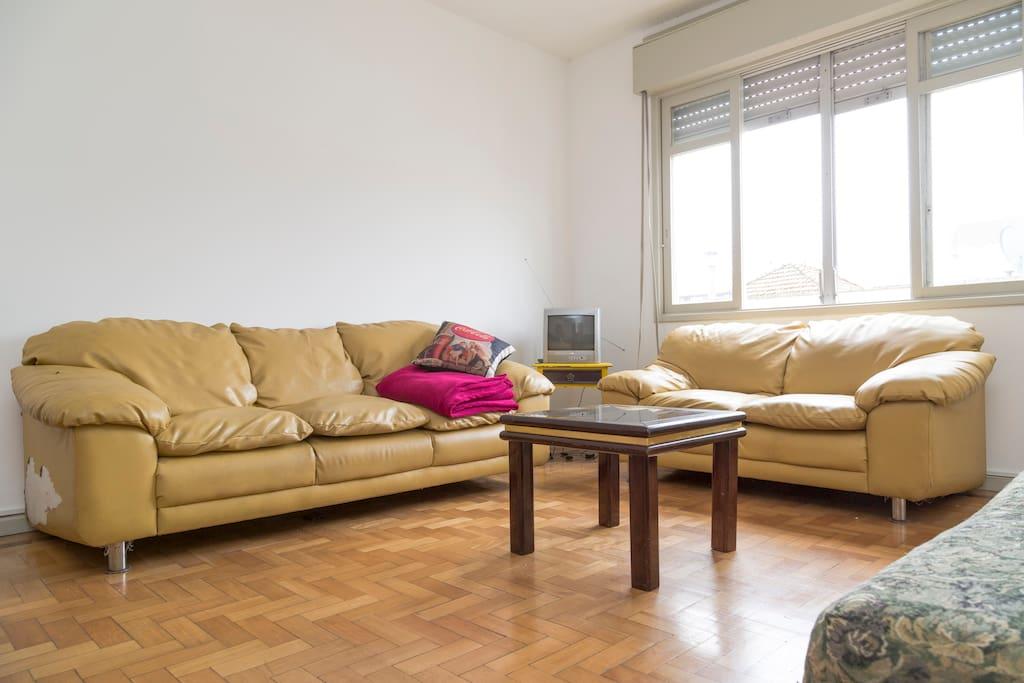 Sala de estar cômoda e ampla.