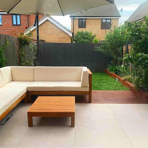 Cheerful 4 bed townhouse with parking for 2 cars