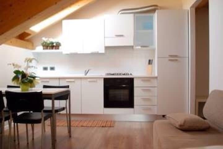 Romantica mansarda Internet Free - Gionghi-cappella - Apartamento