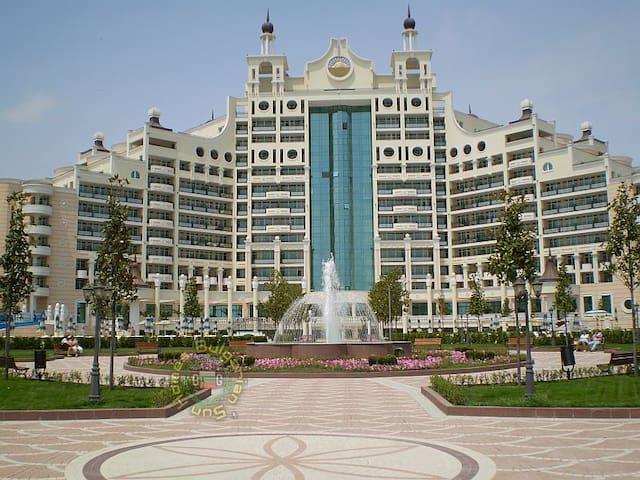 Отель-дворец 5* и вид на море - Pomorie - Apartment