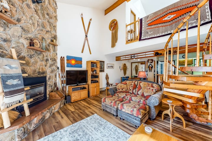 Ski-chalet-inspired condo with a private garage, balcony & forest view- dogs OK