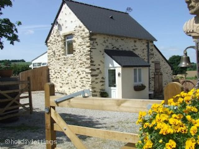 Le Jarrier Detached Cottage. Private Pool & garden