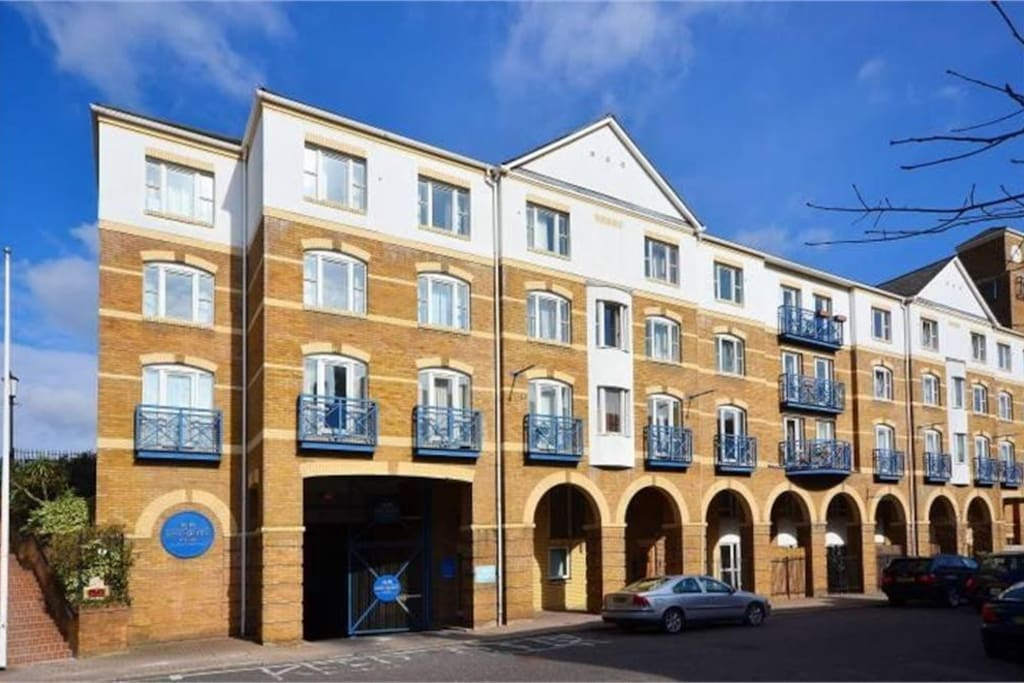 The building locates on a quiet residential street by the Thames