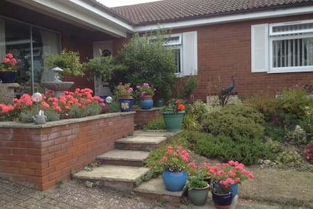 Quiet 2 bed & private bathroom 10min walk  to town - Sheringham - Bed & Breakfast