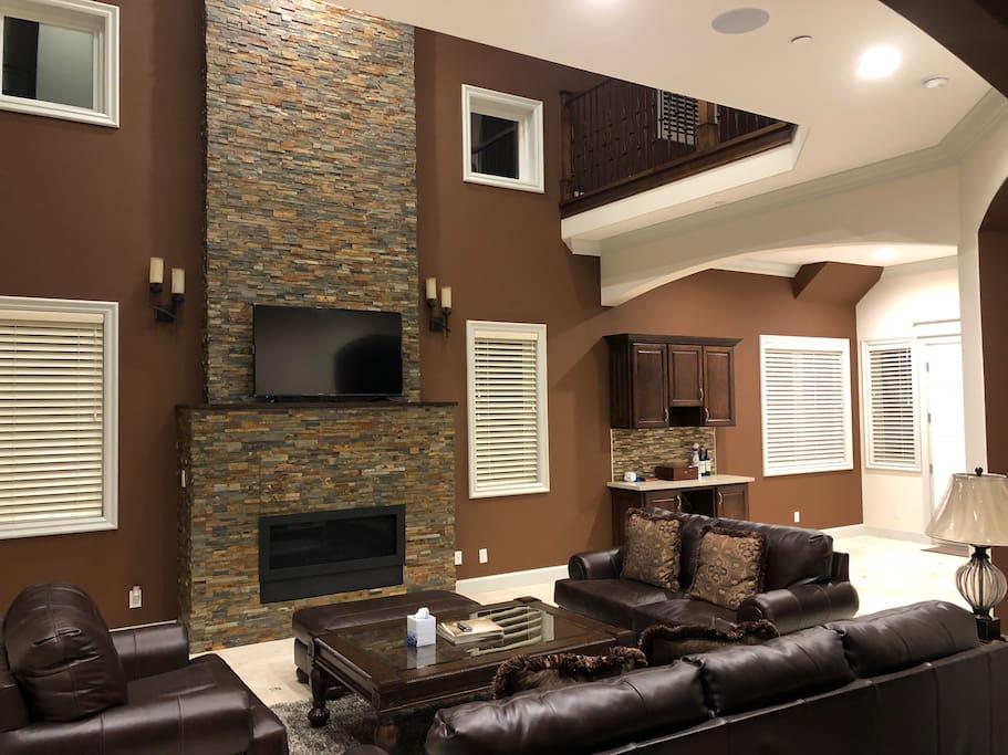 客厅独特的三层挑空设计,尽享宁静和舒适安逸