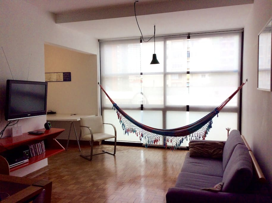 Sala ampla, muito iluminada e ventilada e escritório