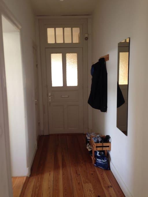 Blick auf Eingangstür (links gehts in die Küche)