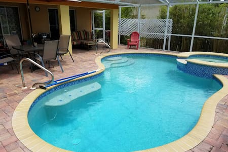 Pool/Spa Home near beach & shopping - Pet Friendly - Fort Myers - Huis
