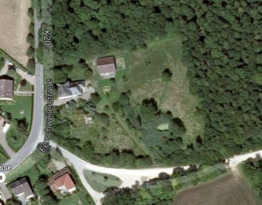 Zum alten Forsthaus gehört das Gartenhaus und rund ein Hektar Land.