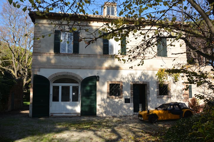 Antica casa colonica inserita in un parco privato.