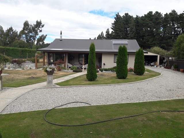 Garden View with Breakfast. 15 mins from Wanaka
