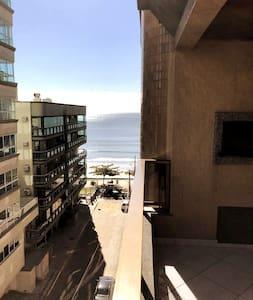 Amplo apartamento a 30 metros da praia com garagem