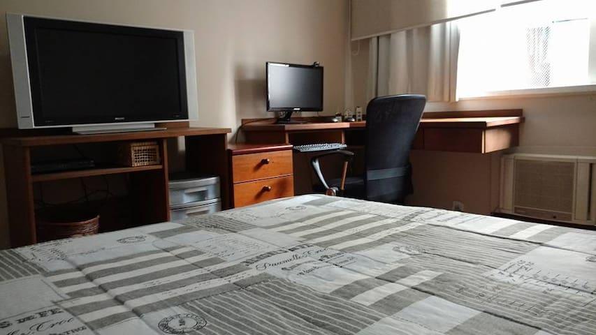 Suite 1  com TV a cabo com + de 100 canais, monitor,  internet rápida, ar condicionado, e ventilador de teto