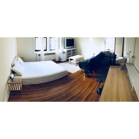 A cozy master bedroom in Queens and close to LGA