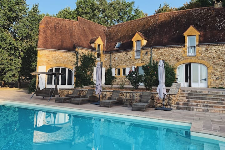 Luxury Chateau w. pool & hot tub in Dordogne