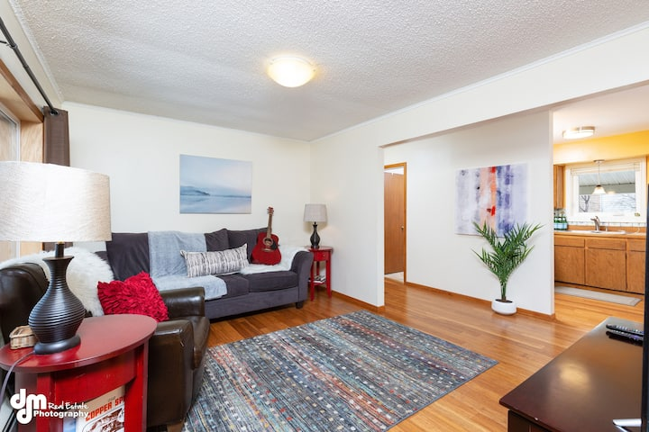 CHARMER 2 bedroom // Close to DOWNTOWN & Trails
