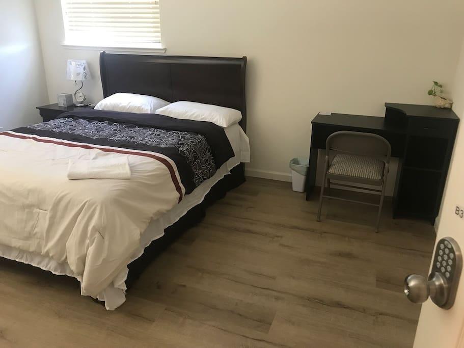 房间明亮宽敞舒适,周围环境优美安静。