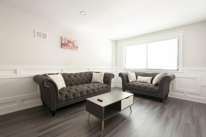 Modern Renovated Condo, 3BED,2BATH Mins To Wrigley