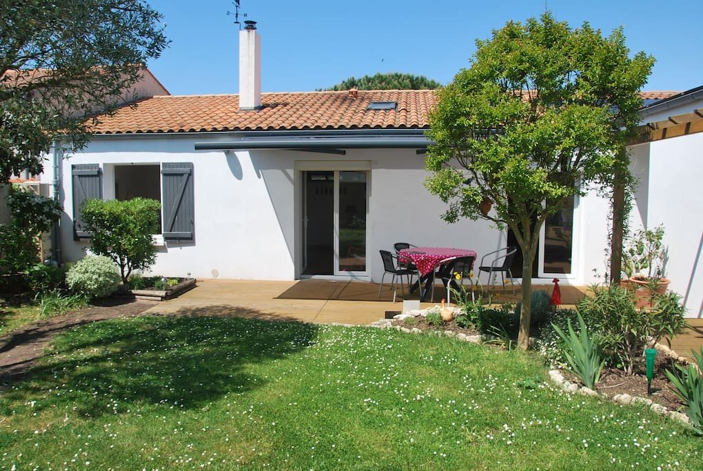jardinet arrière avec terrasse